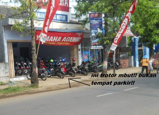 motor parkir ditrotoar