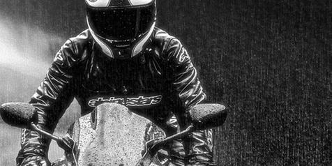 riding saat hujan