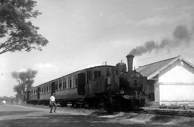 24-LokoC3117yanglewatdiTelang-Bangkalansekitar1969
