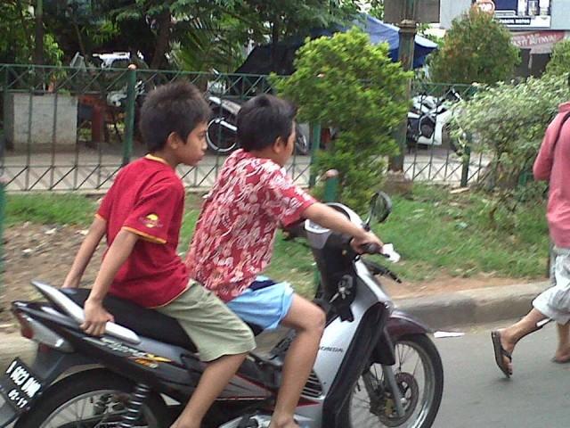 anak-kecil-naik-motor