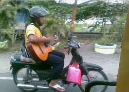 naik motor sambil main gitar