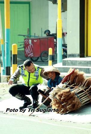 penjual sapu buta dan pakPulisi Sunaryo Pati