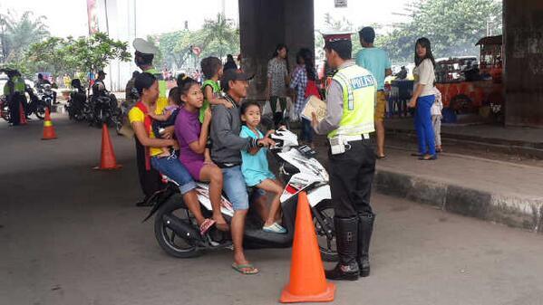 pemotor bawa anak melanggar lalu lintas
