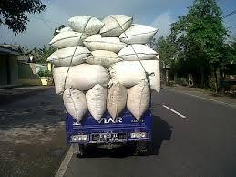 motor roda tiga mengangkut beras