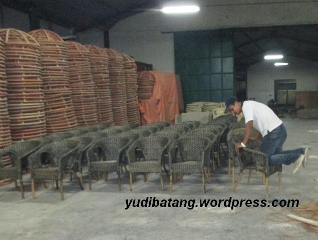 ngecek kursi dipabrik rotan