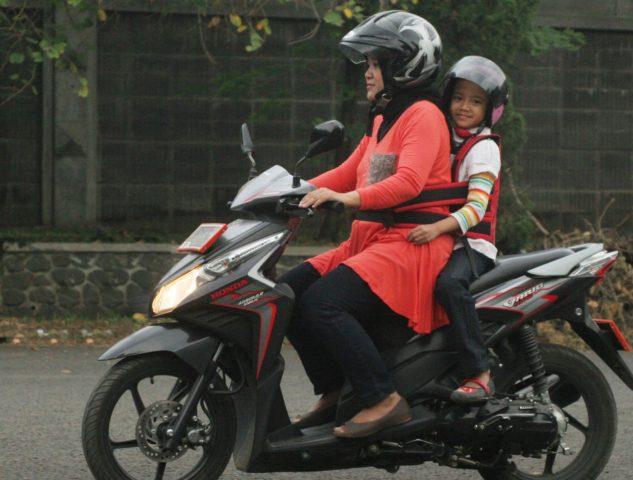 Seorang suami harus memantau dan merawat motor tunggangan