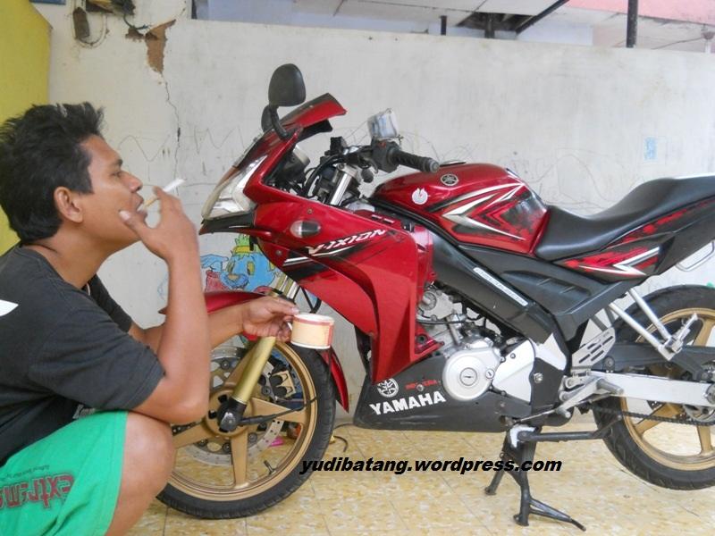 merokok sambil naik motor