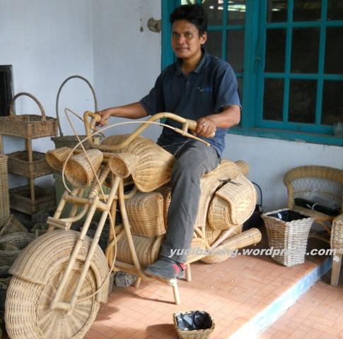 sepeda motor dari rotan