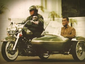 soeharto-mengendarai-motor-gede