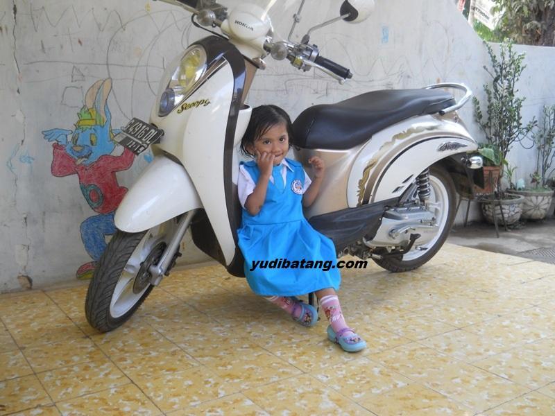parkir motor didekat anak kecil