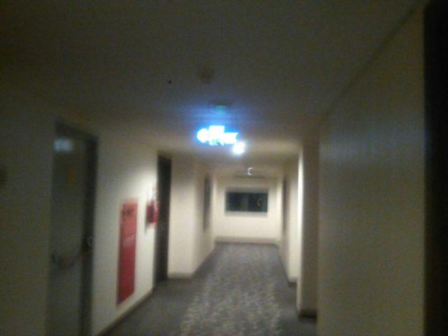 terjebak ditangga darurat hotel