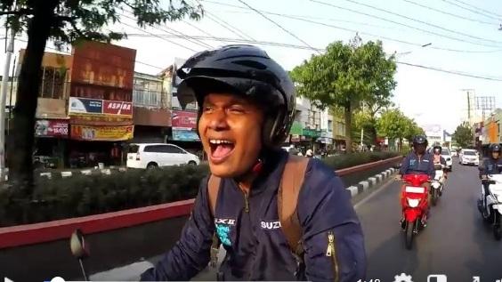 menyanyi saat naik motor